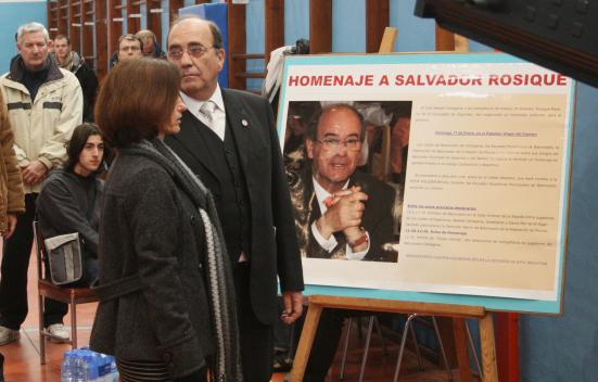 Momentos iniciales del acto, donde se descubrió una placa conmemorativa en la pared del pabellón