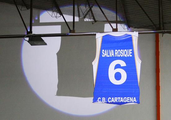 la camiseta de Salva en lo alto del pabellón que llevará su nombre