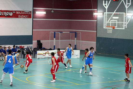 El Mazarrón Basket mantuvo una ordenada defensa en zona durante todo el partido