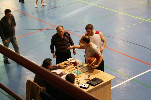 El entrenador y un jugador localdiscuten con el árbitro y la mesa